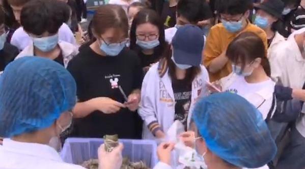 6月22日,陕西西安。西京学院的辅导员和学生们齐聚包粽子……
