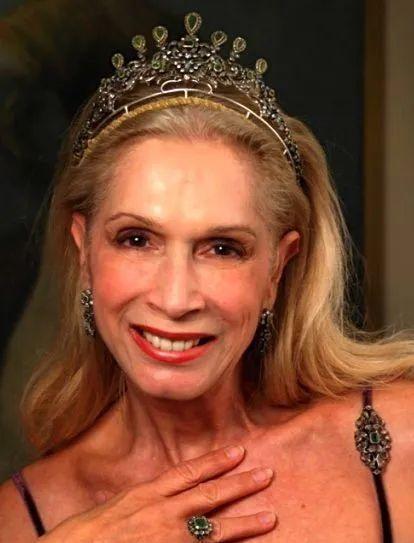 她曾是双性人,与贵族闪婚闪离后成为话题女王