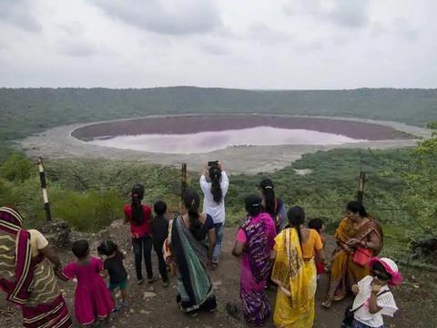 自然奇观?坏事前兆?印度湖泊一夜之间由绿变红,专家难以解释!