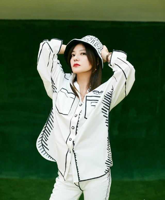张智霖夫妇参加派对,袁咏仪难得化妆太美艳,穿漫画衬衫撞衫赵薇