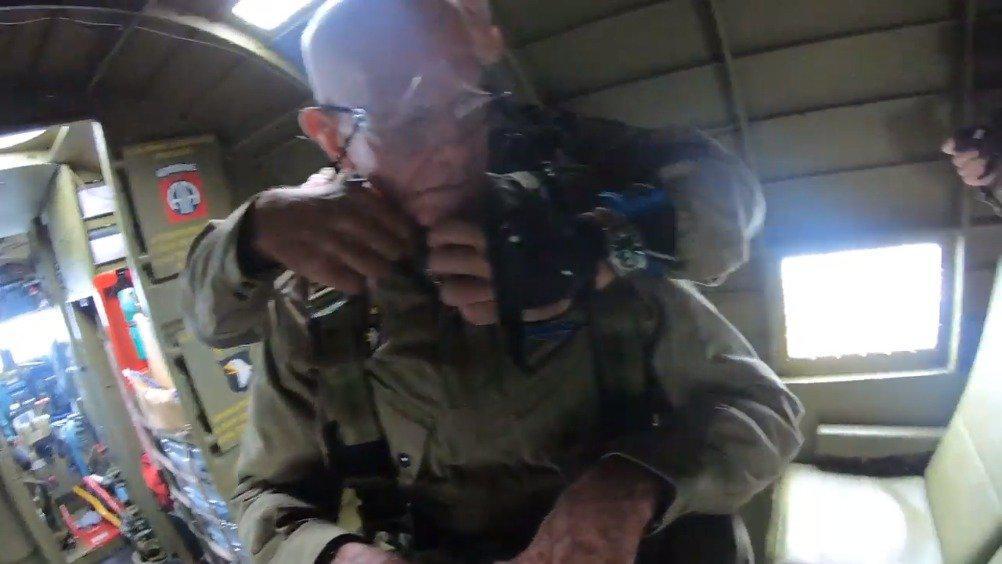 为了庆祝诺曼底登陆75周年,97岁二战老兵(前伞兵)再次跳伞!