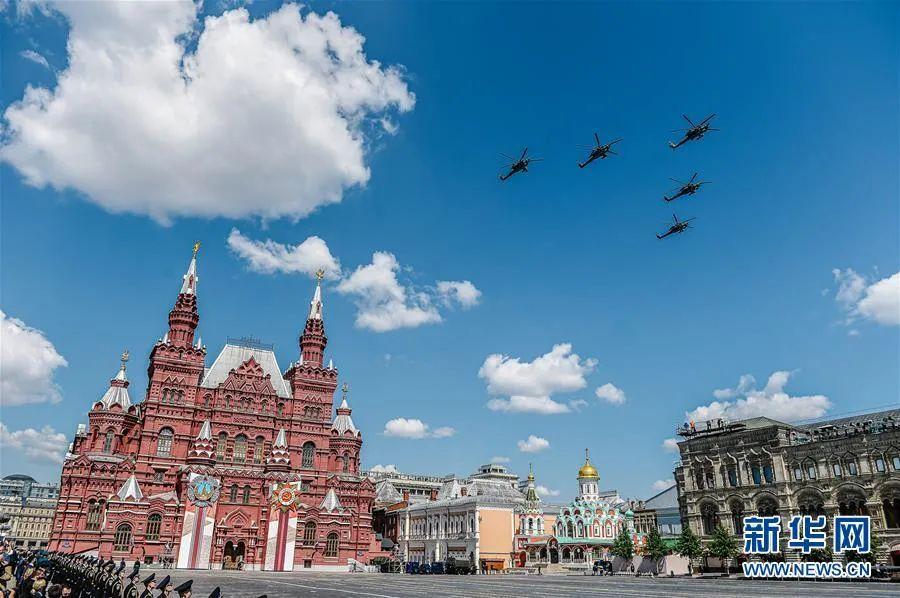 ▲6月24日,直升机梯队飞过俄罗斯莫斯科红场上空。新华社发(叶甫盖尼·西尼岑 摄)