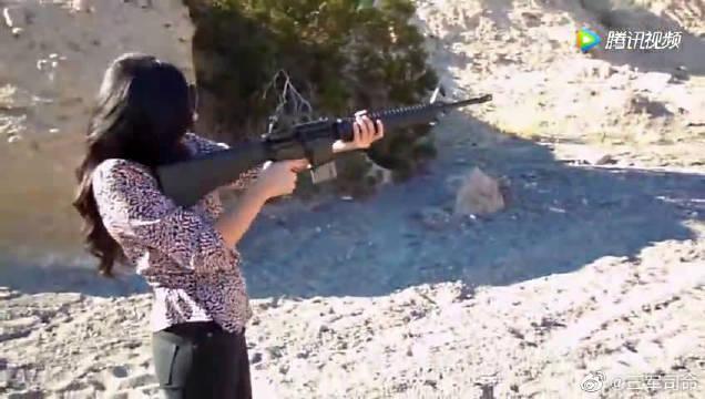 外国迷妹试射AR-15,握枪的姿势太标准了,一看就是老司机