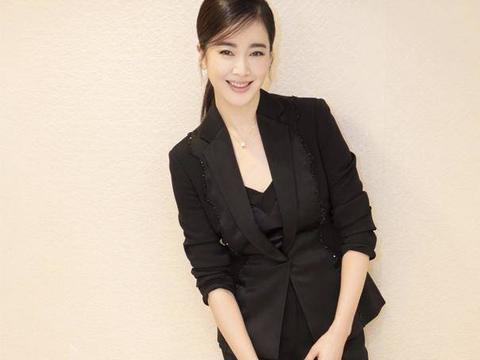左小青私服穿搭超时髦,身穿一套黑色西服套装,女强人风范