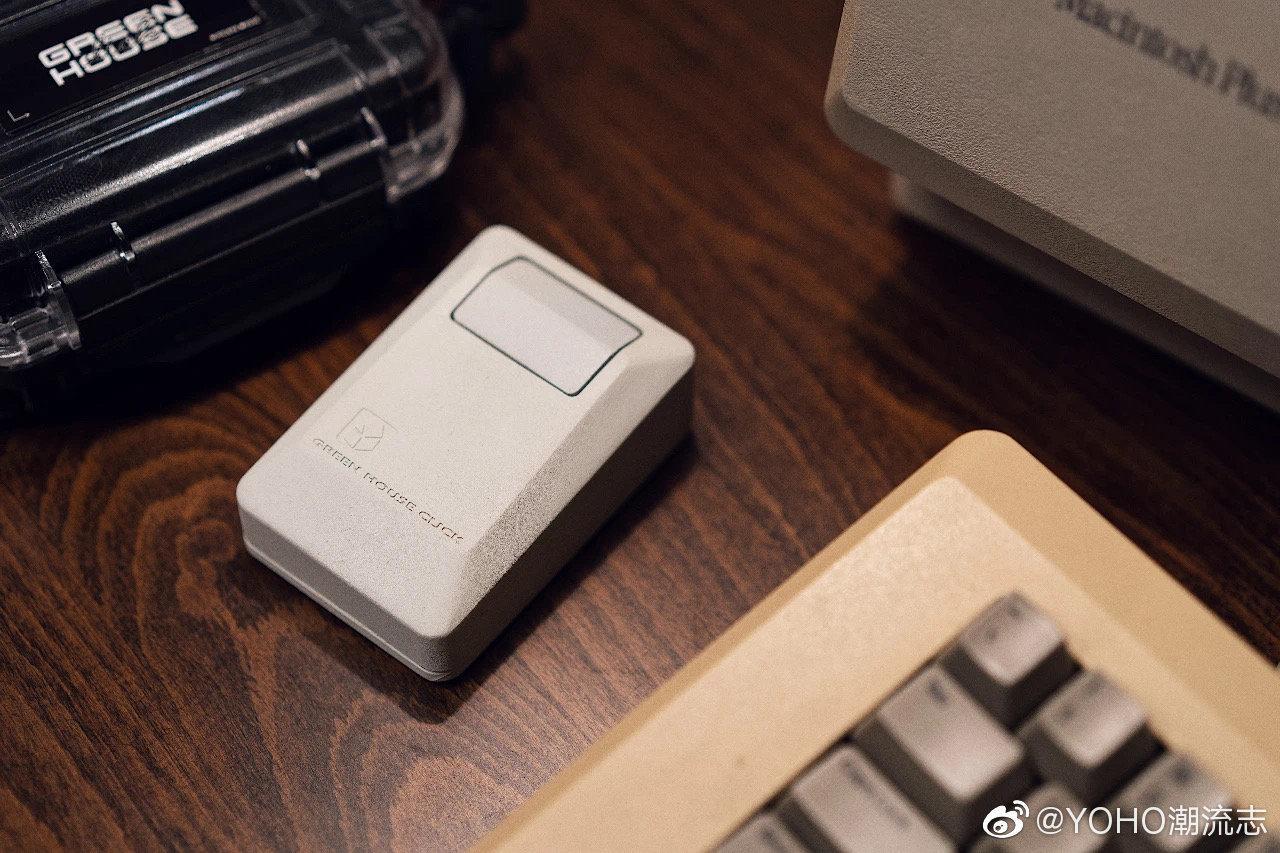 这次的设计上保留了 Apple Macintosh Mouse M0100 的经典外观……