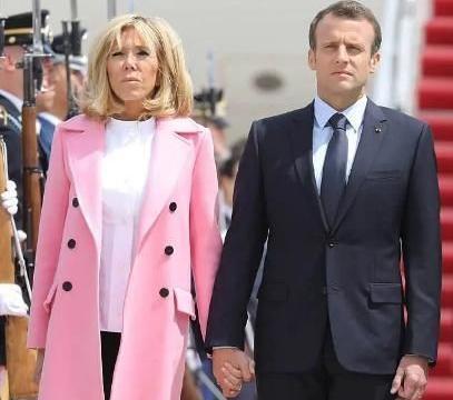 布丽吉特随夫亮相,穿粉色外套少女心好强