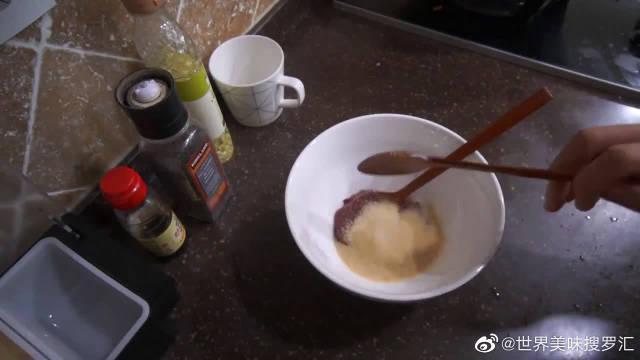 韩国大胃王吃一大碗炖年糕,搭配炸芝士肠往嘴里塞,吃相真诱人!