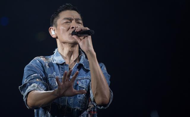 58岁刘德华澳门开唱,连唱6首经典歌曲,晚会秀成个人演唱会