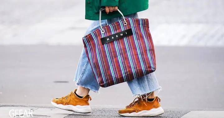 不喜欢累赘的皮革包包,看看时尚编辑们青睐的Tote Bag