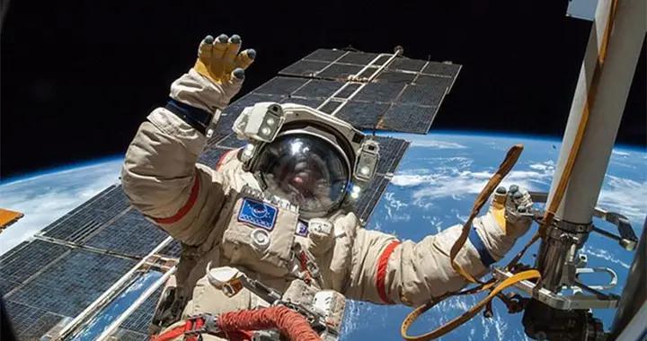 """宇航员太空行走 手腕栓的小镜子""""逃逸""""1.7亿件太空垃圾又多一件"""