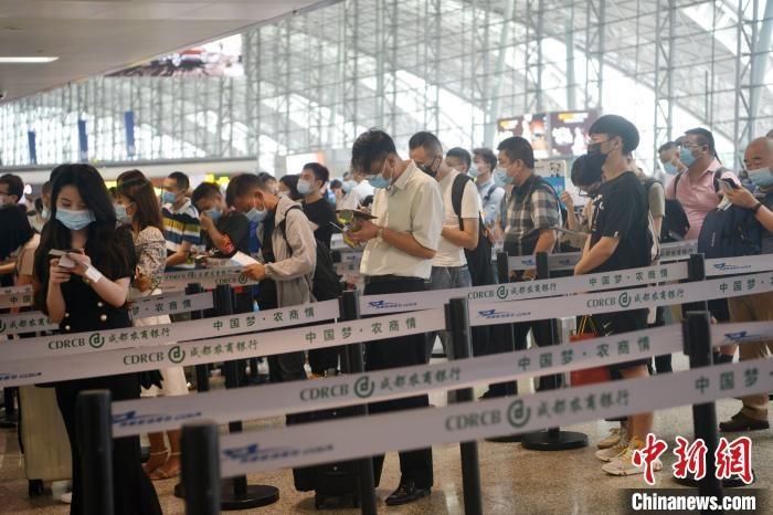 成都双流国际机场迎端午小长假返程客流高峰