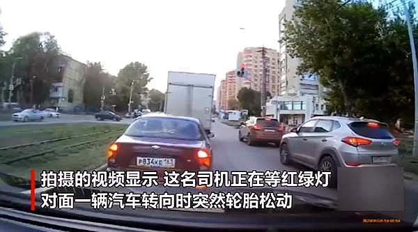 俄罗斯男子徒手击落飞来的轮胎,网友:这家伙偷学了铁砂掌吧!