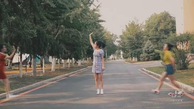 东风快递版无价之姐,中华儿女多奇志,不爱红装爱武装!