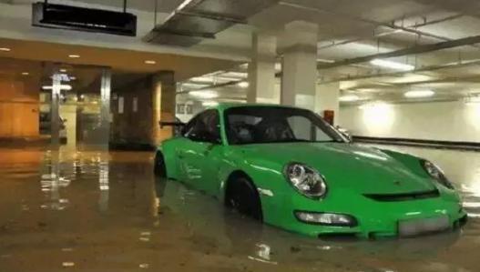 夏天雨水多,可为啥很多人宁愿车泡水里,也不挪车?定损员:高手