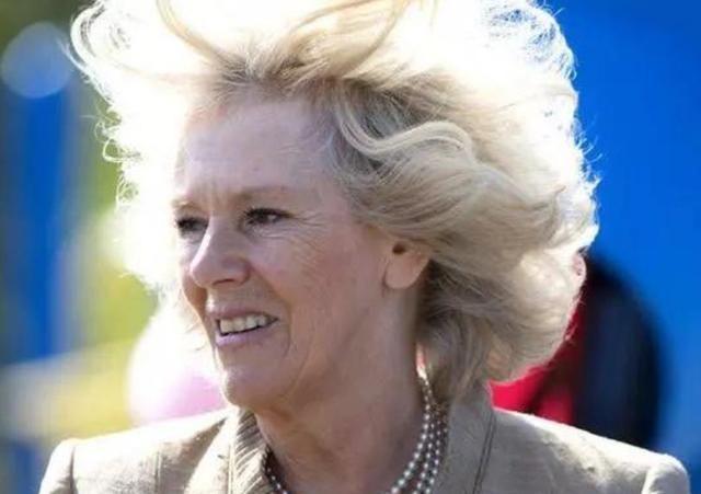 """72岁卡米拉似""""大妈""""!蓬松金发被大风吹乱,跟布丽吉特撞发型"""