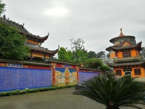 这座古寺藏有重庆最大铜钟,直径达2米,曾是僧人做官必到之地