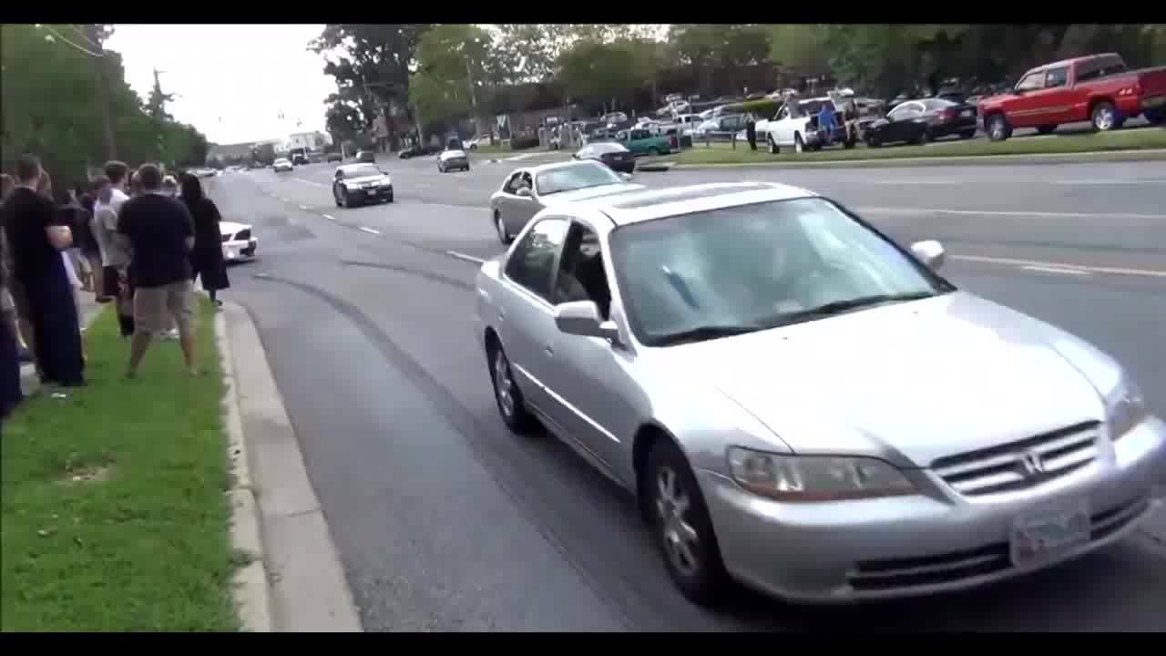 白色汽车一个漂移转弯就往人群开来……