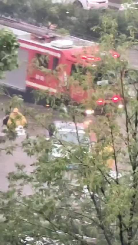 网友私信… 消防官兵开车消防车拖着救生艇出来救援了!