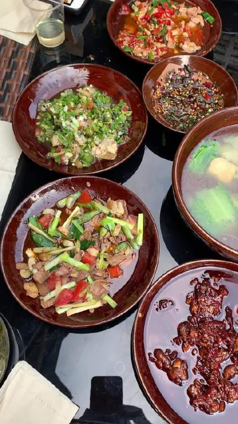 贵州安顺旧州古镇,在小院子里吃土碗菜,菜过三巡,不由得感叹……