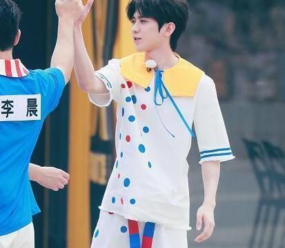 蔡徐坤穿童装录跑男,有谁注意他脖子上戴的啥?还以为是围嘴