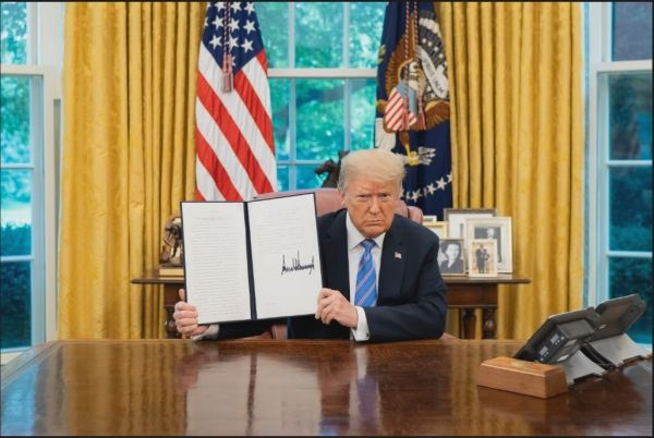 特朗普26日在白宫展示旨在保护美国公共纪念物的行政令(美国白宫网站)