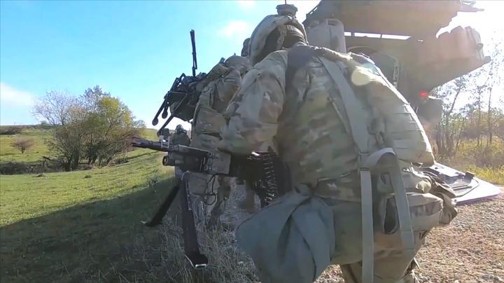 """美军""""龙骑兵""""部队钻出战车,携带装备徒步前进"""