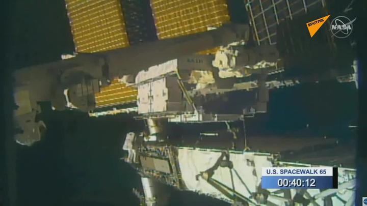 NASA的宇航员在进行太空行走时丢失了一面镜子