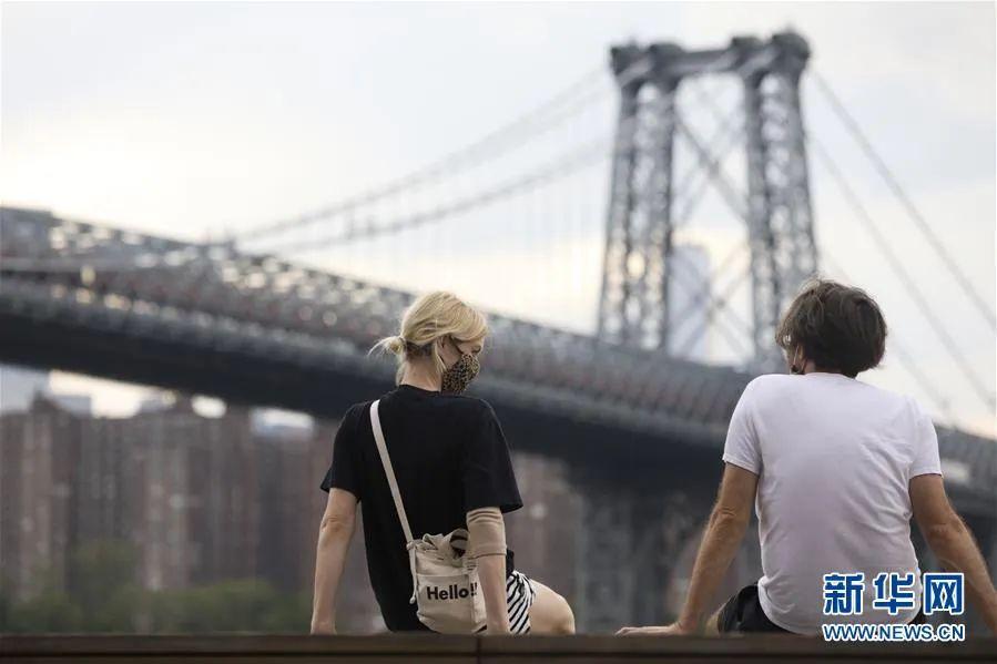▲6月27日,人们在美国纽约多米诺公园内休闲。新华社记者 王迎 摄