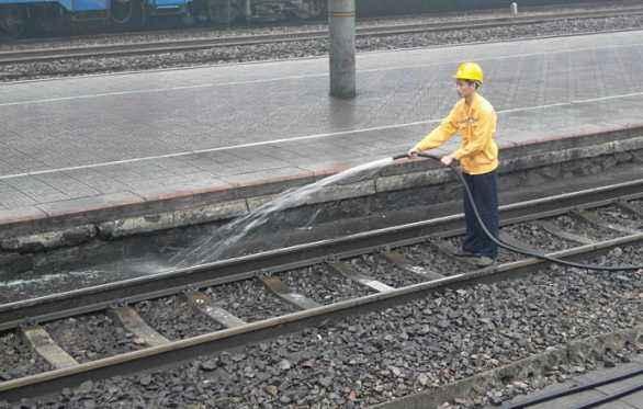 火车行驶过程中厕所是排到哪的?轨道工说出实情,游客:味有点大