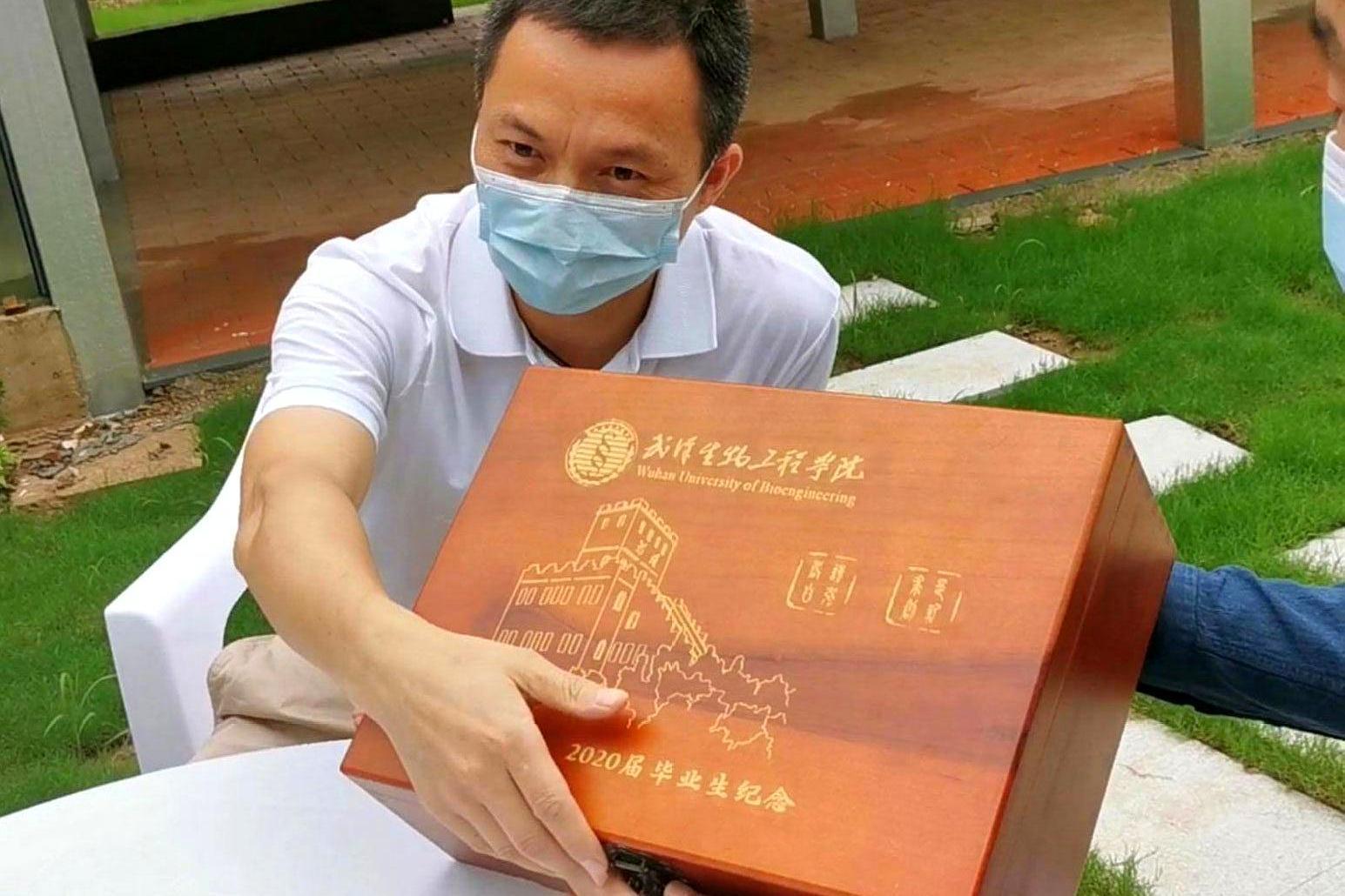 """""""三大件"""",武汉生物工程学院,赠送毕业生珍贵毕业礼物"""
