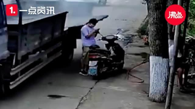监拍|惊险 货车厢板突然翻落砸中路人 瞬间将女子砸倒