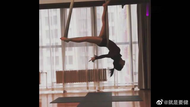 美女空中瑜伽教学:瑜伽练得是气质……