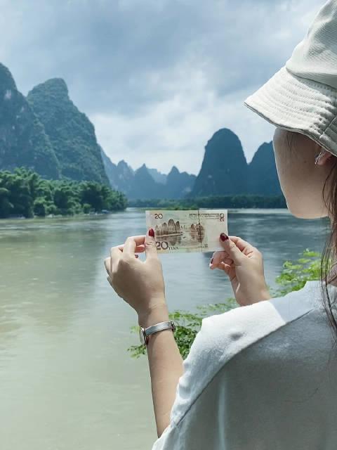 20元人民币背景图案取景于元宝山 黄布倒影 江流清澈,碧绿透底