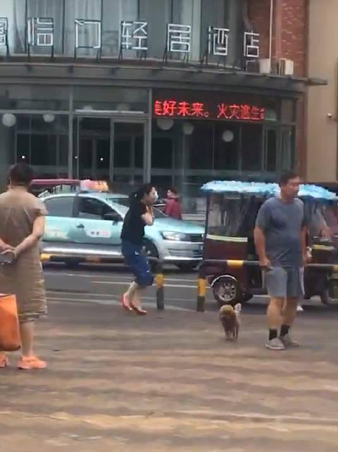 网友爆料:商丘帝和广场一男子持刀伤人