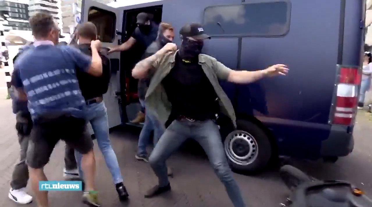 2020-6-20,荷兰海牙,警员抓捕违反禁令的示威者