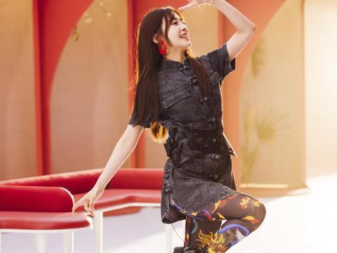 张含韵哪吒头不算啥,看看她的印花黑丝袜,网友:这是想当女王?