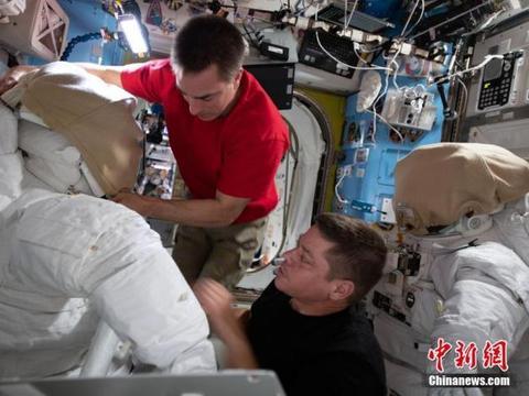 宇航员太空行走时镜子飘走 外媒:制造最新太空垃圾