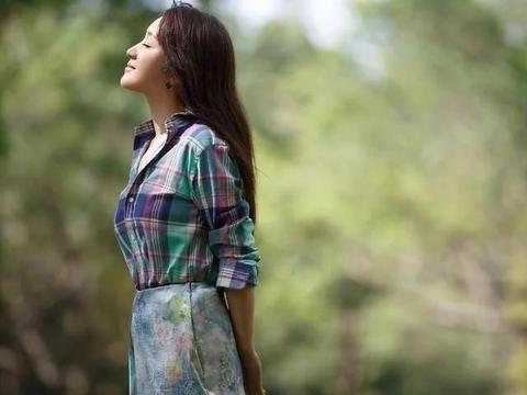 杨钰莹母亲节晒照显老态,泪沟、法令纹遮不住,49岁仍是单身