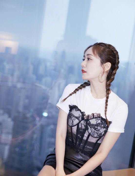 """刘芸还是挺大胆的女人,""""内衣""""外穿真会玩,这个姐姐真挺潮"""