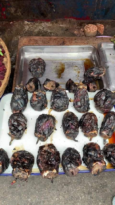 贵阳人很喜欢这种烧辣椒,据说烧辣椒拌皮蛋很好吃……