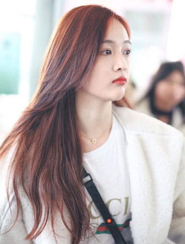 吴宣仪走机场,羊羔毛外套也能穿出少女感,怪不得都喜欢她
