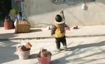 """""""小童工宝宝""""帮忙搬砖火了,确认过眼神,这是来报恩的"""