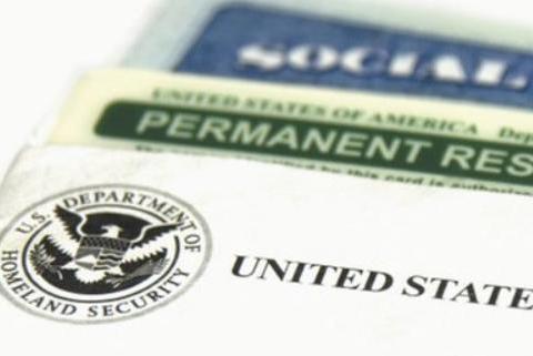 终于知道为何绿卡持有人不愿申请美国公民了!这个锅特朗普不背