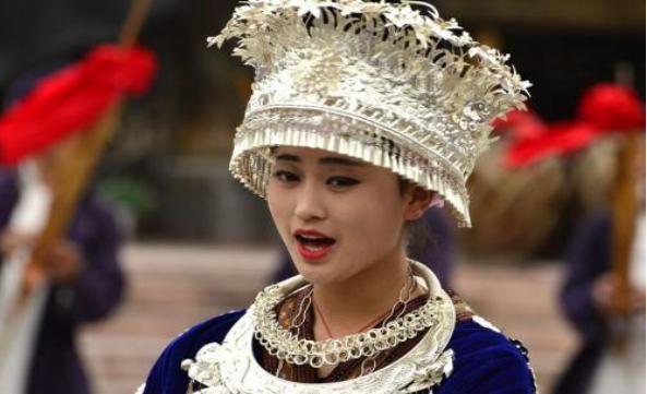 少数民族旅游,苗族姑娘给的布不能要,傣族姑娘要你坐你不能坐