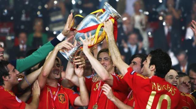西班牙王朝起航12周年!足球历史上最伟大的国家队三连冠传奇
