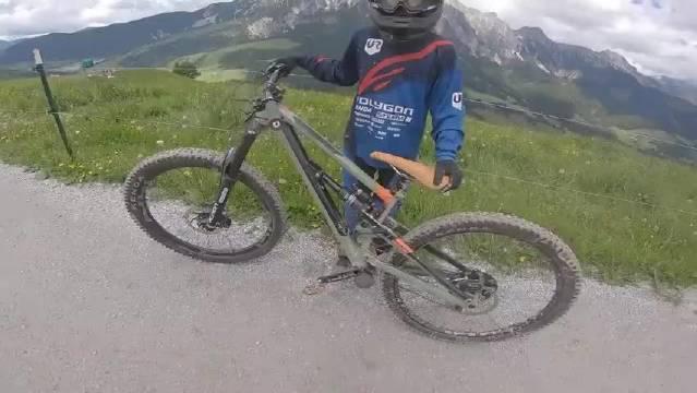 国外 11岁小男孩骑自行车山地速降,电影都不敢这么拍