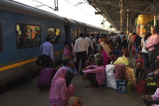 实拍印度首都德里火车站,坐火车的人超多,大家看看差距有多大?