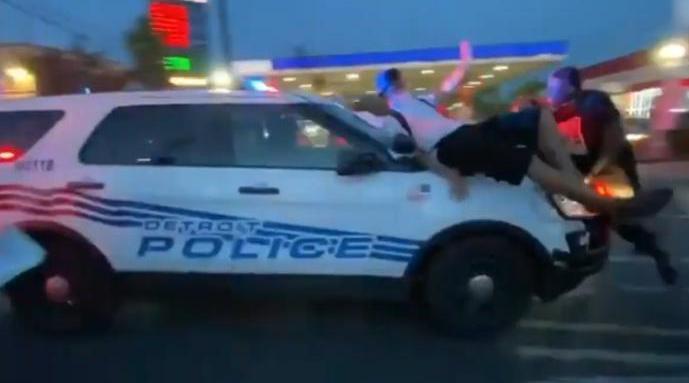 美国底特律一警车加速冲撞示威者