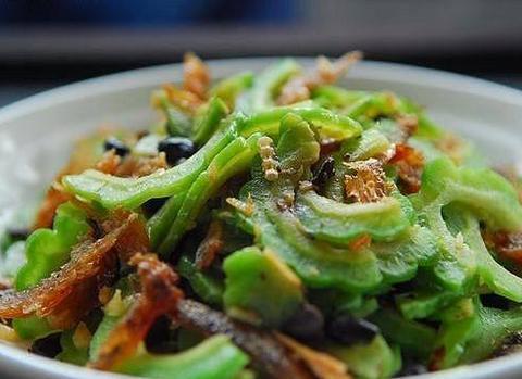 广东人炒苦瓜就是好吃,苦味清淡口感好,难怪那么多人喜欢吃