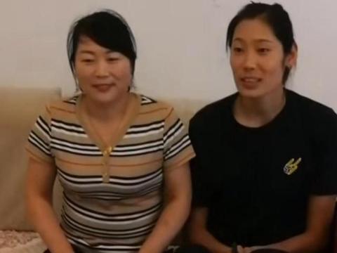 朱婷在河南老家省亲,难得长时间陪父母!1米98女排队长回头率高